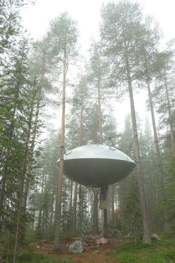 まるで宇宙船のようなタイニーハウス。森を歩いていて目の前にこのお家が出現したらまちがいなくUFOだと思っちゃいますよね。こんな遊び心のあるタイニーハウスは海外ならでは。