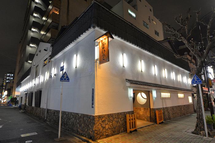 東京メトロ日比谷線 人形町駅より徒歩1分。創業は宝暦10年という老舗の鶏料理専門店「玉ひで」です。江戸時代にはすでに鶏料理店の番付に載る人気店で、一子相伝で秘伝の味を受け継いでいます。
