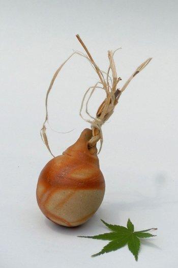「あん坊窯オリジナルの土鈴」・・・ろくろ挽きの土鈴は、中の玉も備前焼。木の繊維を薄くはいだものを結んだ、ナチュラルな印象ですね。