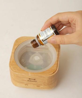 アロマディフューザーは加湿だけでなく香りを楽しめるのが何よりの魅力。内部に水を入れ、お好きなアロマオイルを少々垂らすだけなので、手間がかからず簡単に使用できます。