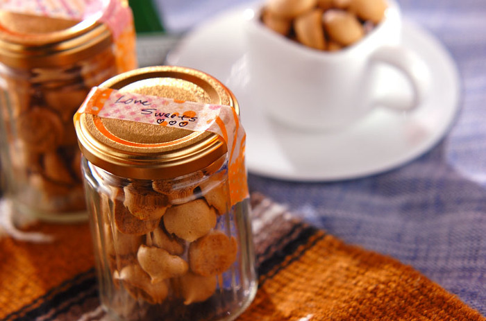 卵白・インスタントコーヒー・お砂糖の材料で作れてしまうコーヒーメレンゲのレシピ。少量でも小粒なら60~80個くらいできてしまうそう。ちょっとしたティータイムにいただきたいですね。