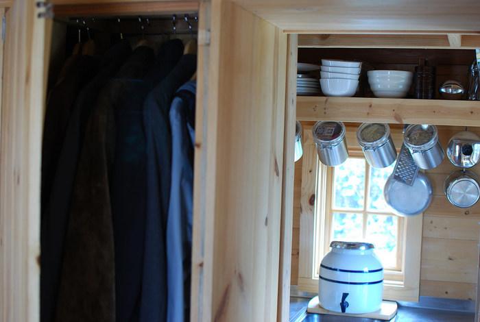 小さなスペースには、同じ形のお皿やお椀をおくことで、崩れの防止にもなり、なるべくキッチン部分に物を置かないようにするために、つるし収納も活躍します。一人暮らしの方にオススメです。