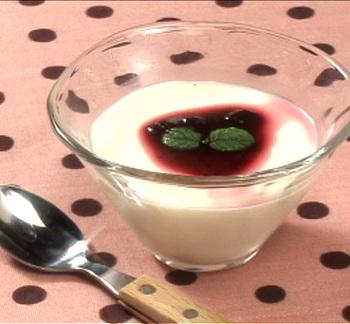 基本のパンナコッタに、ブルーベリーソースをかけるだけで、甘酸っぱく爽やかな風味に仕上がります。