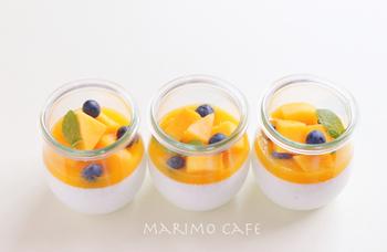 一気にトロピカルな仕上がりになるマンゴーソース。マンゴーとブルーベリーとミントをトッピングして、彩りきれいに。