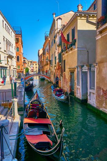 ヴェネツィア共和国の首都として、7世紀末から18世紀末いた1000年もの歴史を誇るヴェネツィアの街並みは、中世の面影を色濃く残しています。迷路のように張り巡らされた運河は、ヴェネツィアの街並みの美しさを引き立てています。