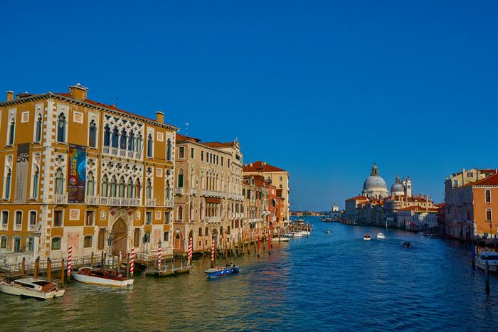 ヴェネツィアの歴史は古く、その起源は5世紀まで遡ります。アドリア海に面した干潟に築かれたヴェネツィアは、大小合わせて118もの島で構成されています。中世になると、ヴェネツィアは地中海貿易の交易地として発展し、海洋都市国家ヴェネツィア共和国の首都として煌びやかな歴史を歩んできました。