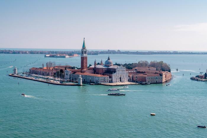 サン・ジョルジョ・マッジョーレ島は、サン・マルコ運河を隔ててヴェネツィア本島のすぐ南側に位置する小さな島です。