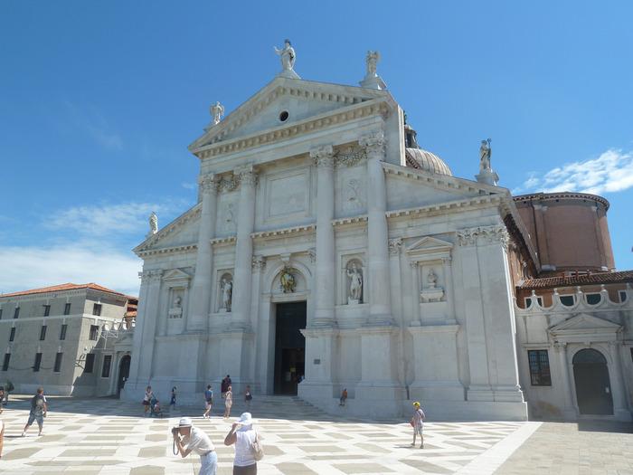サン・ジョルジョ・マッジョーレ島の大半を占めるサン・ジョルジョ・マッジョーレ聖堂は、1610年に完成したルネッサンス様式の建造物です。4つの柱で支えられた白を基調とした教会の入り口は、どこかギリシア神殿を彷彿とさせる趣があり、存在感を放っています。
