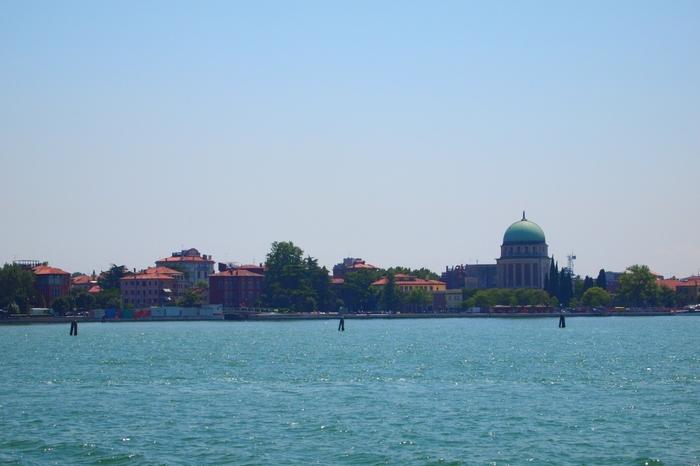 ヴェネツィア本島の南側に浮かぶ南北に長いリード島は、ヴェネツィア潟とアドリア海を隔てる島です。また、リード島は、数々の賞を受賞した不朽の名作映画、「ベニスに死す」の舞台でもあります。