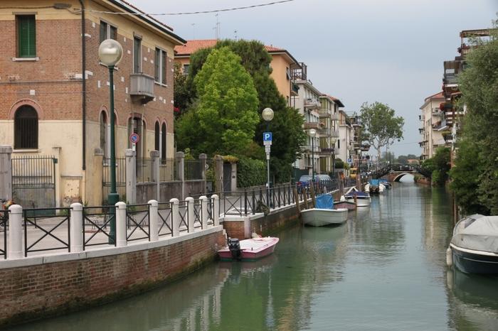 無数に点在するヴェネツィアの島々の大多数は、自動車の運行が禁止されていますが、リード島では、自動車の通行が可能となっています。そのためか、リード島は、ヴェネツィア本島や他の離島と比べて観光地化された印象が少なく、「水の都」で暮らす人々の生活の息遣いを感じ取ることができます。