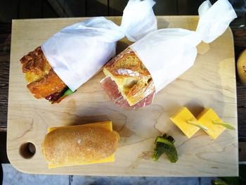 バゲットは、近隣のベーカリーから仕入れいてるそうで、具材に合わせて使い分けています。こちらは、カリカリのバゲットに自家製ベーコンやドライトマトなどを挟んだサンドイッチ。