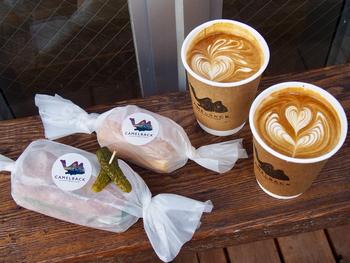 バリスタが淹れてくれるコーヒーも絶品です。ラテアートもピクニック気分を盛り上げてくれそう♪きゅっと包んだバゲットと淹れたてのコーヒーを片手に代々木公園に向かいましょう。