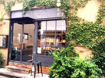 吉祥寺駅から井の頭公園までの道すがら、突然パリの街角に迷い込んだようなかのような素敵なパン屋さんがあります。蔦が絡まる壁、大きなガラス扉、窓の向こうに並ぶパン。1枚の絵画のようです。