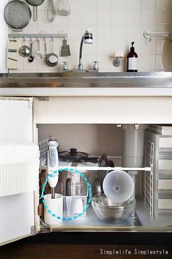 縦長のハンドブレンダーの場合、キッチンの開き戸の内側に立てて置くのもグッドです!こちらはIKEAのスツール立てを活用。立てて収納することで、片手でさっと取り出せるようにしています。
