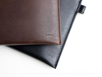 「hobo」は、既成概念に囚われることなく、あふれる創意と自由な発想から生まれたデザインを、熟練した国内の職人の手仕事によって製品化しているブランド。