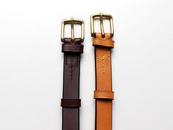 1793年創業のイギリスの老舗馬具メーカー「JABEZ CLIFF(ジャベツ・クリフ)」とのコラボ製品。しっかりと厚みのある革を使い、シンプルなデザインで仕上げられたベルトは、長く愛用できそう。