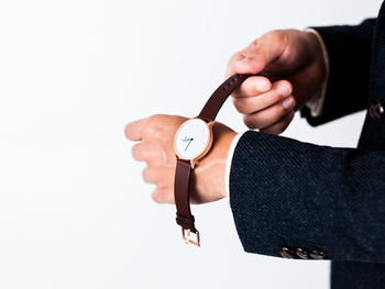 ベルトには肉厚なドイツ製の革を使用。高級感あふれる素材使いで完成度が高く、ビジネスシーンはもちろん、様々なシーンで着用できる懐の深さがあります。