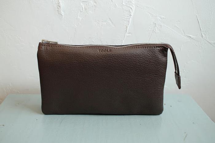びっくりするほど柔らかい、ゴートスキン(山羊革)のお財布。スタンダードな濃いブラウンを選べば、飽きが来ず長く愛用できそうです。
