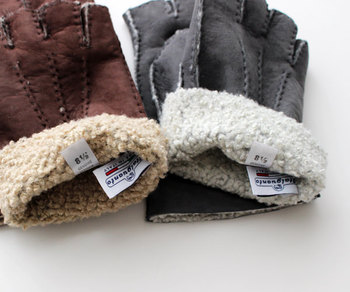 羊革100%使用。ライニングにはウールのボアを使用しているから暖かさバツグンです。イタリア製の上質なグローブは、おしゃれ男子に喜ばれそう。