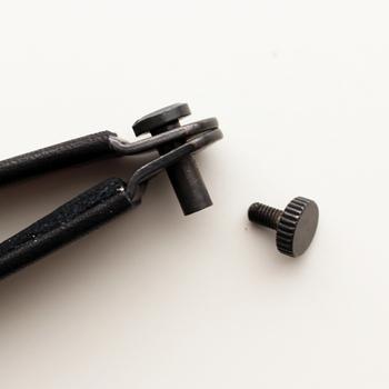 ビスのようなパーツで鍵の持ち手を固定する仕組み。一般的な厚さの鍵が4本まとめられ、機能性も◎。