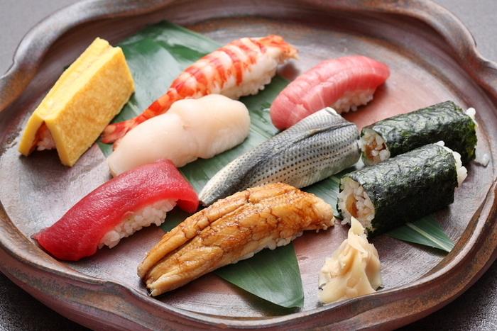 希少価値の南まぐろや、鯛などの白身を使った薄玉子焼きなど、どれもこだわりの食材を使用したものばかり。特に煮物仕事を得意としており、長年漬けたたれを元に、毎日煮付けした煮蛤、煮烏賊を頂けますよ。
