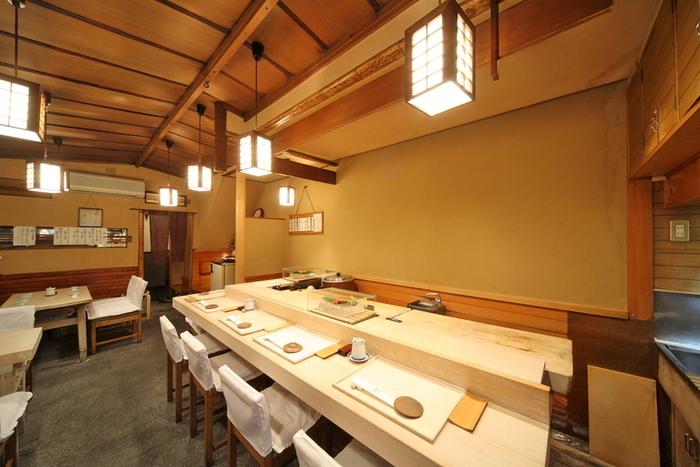 1階には8席のカウンターがあり、目の前で職人さんが寿司ネタをさばいている姿を見る事ができます。テーブル席もありますので、ご家族や大切な人とゆっくり会話を楽しみながら食事をすることができますよ。