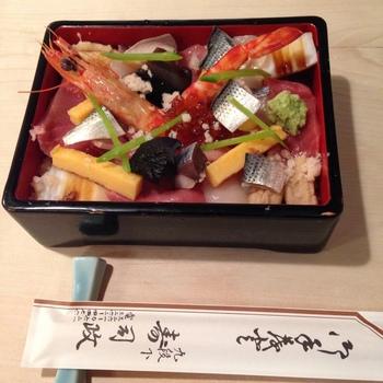 こちらは、季節に合わせた魚貝類、赤貝、海老など20種類の食材を使用した人気の「―宝珠ばらちらし」。シャリは昔から変わらない赤酢を使用しています。一つ一つ手間をかけて作られた美味の宝箱。特別な日に食べたい一品です。