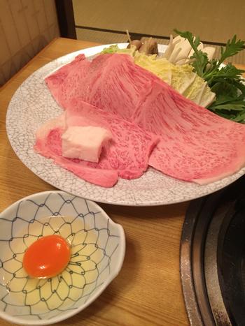 お肉は少し厚めに切られており、嚙んだ時にとろけるような上質な脂の旨味を味わえます。肉質の良さがあるからこその濃厚な味わいを堪能しましょう。