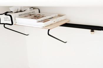 デスク下のデッドスペースを利用して散らかりがちな本やティッシュケースなどを収納することで、机の上も広々と使えます。