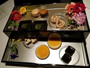 デザートも食べるのがもったいないほどの美しさ!このようなスイーツのほか、きめ細やかなコンシェルジュサービス、客室のアメニティも充実しており、乙女心をくすぐる魅力がたくさん。ご褒美旅旅行にぴったりな、大人の隠れ家になりそうです。