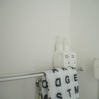 洗濯機置き場の壁面に突っ張り棒2本をセットすると、ちょっとした小物置き場になります。洗濯ネットをかけたり、タオルを干したりと大活躍。