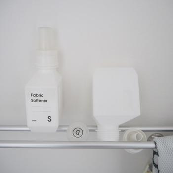 洗剤の詰め替え用ボトルを洗ったら、このように突っ張り棒の上で干して水気をきることもできます。これだとボトルの中までしっかりと乾かすことができますね。