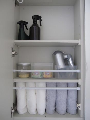 物が増えがちな洗面台収納にも一工夫。中の物を取り出す時に落としてしまわないよう、突っ張り棒をセットして落下防止柵にするアイデアです。タオルは立てて収納&突っ張り棒で押さえることで、スペースを有効活用できます。