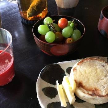 ▲加藤さん宅の食卓では漆の器にプチトマトを