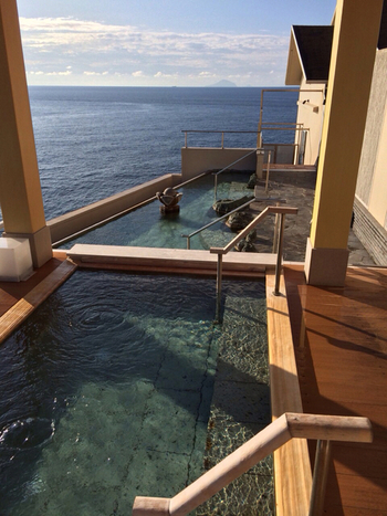 屋上では、全長23m、270度の大パノラマの海景色を楽しめる「望洋露天風呂」のほか、檜風呂や洞窟風呂など、様々な湯船を楽しめます。ぜひ早起きして、望洋露天風呂で朝風呂を。東伊豆の海から昇る朝日は、とても感動的ですよ♪遠くに富士山が見えることもあるそうです。