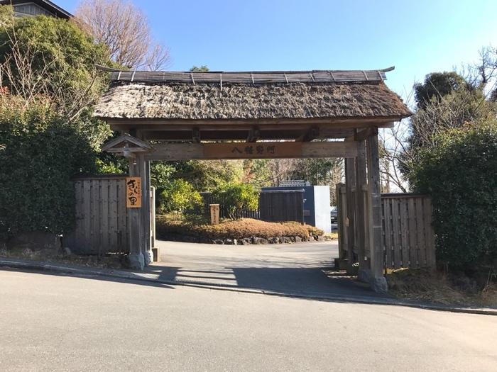 伊豆高原駅から車で約7分のところにある「きらの里」。送迎バスもあるので、電車の方でも安心です。入り口にはかやぶき屋根の大きな門が。どんな世界が待ち受けているのか、わくわくしますね。