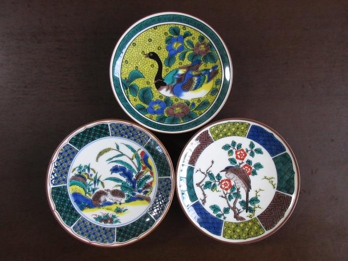 繊細でクラシカルなデザイン、そして鮮やかな色彩による絵付けが魅力の「九谷焼」。気品ある絵皿は、洋食や中華、スイーツも、凛と美しく見せてくれますよ。特別な演出をしたい料理で、頼れる味方になってくれるはず。