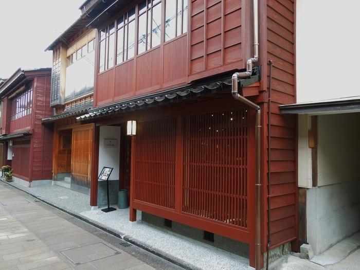 ひがし茶屋街にある「森八 うつわの器」。「森八」といえば、金沢では知らない人はいないほど有名な、和菓子の老舗。その「森八」が運営する店舗であるうつわの器店では、和菓子はもちろんのこと九谷焼を中心としたアンティーク品を取り扱っています。