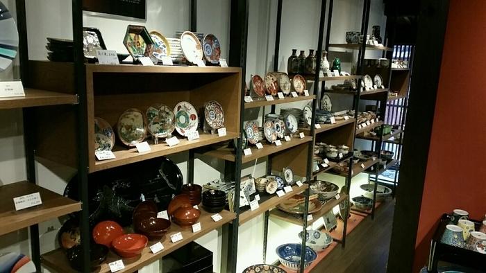 店内には、九谷焼作家で人間国宝の三代 徳田八十吉氏の作品が多く展示されています。三代 徳田八十吉氏の九谷焼作品は、図柄ではなく、色の濃淡を巧みに使うのが特徴。「彩釉(さいゆう)」というグラデーション技法を生み出したことでも高い評価を受けています。