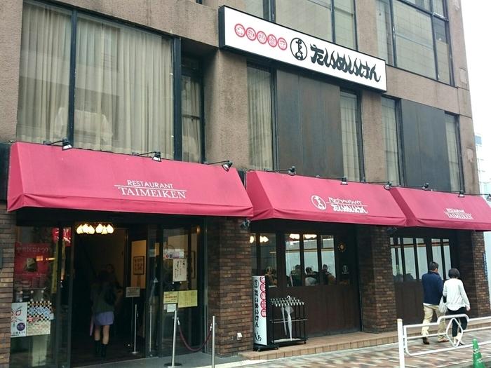 東京メトロ日本橋駅から徒歩1分。こちらのお店はメディアで取り上げられることも多い、洋食の老舗レストランです。お席は全部で140席ほどあるので、行列していても案外回転がはやく感じられます。