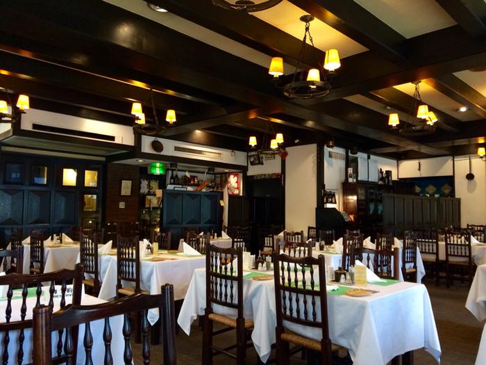 実は1階と2階でかなり雰囲気が異なるたいめいけん。お値段も違うんですよ。1階はカジュアルで活気あふれる大衆食堂風で、2階は洗練された昭和モダンの洋食屋さんといった様子です。