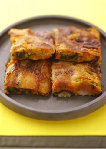 生地と具材を混ぜて焼くだけの簡単キムチチヂミは、ごま油の風味とモチモチの食感がクセになる美味しさ!お餅のおかげで食べ応えも十分◎