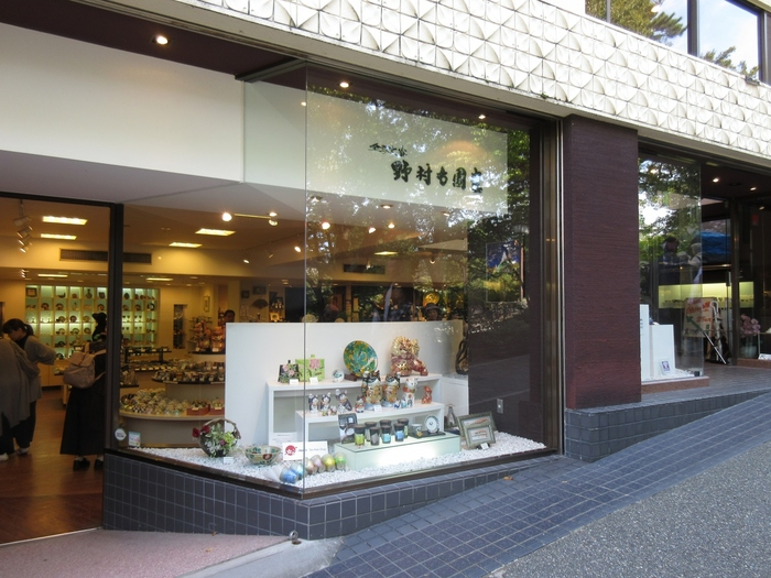 金沢といえば「兼六園」。その近くにある「野村右園堂」は、店主自らが目利きして仕入れた作品が並ぶ、九谷焼専門店です。こだわりの名品から普段使いの器まで、幅広く取り揃えていますよ。