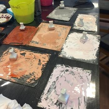 体験とはいえ、本格的に、九谷五彩の色絵の具で描きます♪お皿やお茶碗、マグカップなどがあり、自分好みの柄を描けば、世界に一つだけの九谷焼に◎。特別な思い出になりますね。