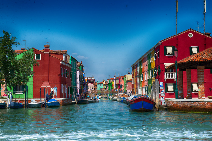 ヴェネツィア本島の北東部に浮かぶブラーノ島は、4つの小島で構成される離島です。