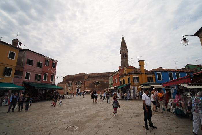 サン・マルティーノ教会に隣接する斜塔は、ブラーノ島を象徴する建物です。教会前の広場から眺めても傾いていることがよくわかります。