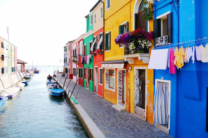一軒一軒の家の壁がカラフルな色で塗り分けられているブラーノ島では、メルヘンのような街並みが広がっています。鮮やかな壁をした可愛らしい街並みを散策していると、絵本から切り取った「絵」そのものが目の前に現れたかのような気分を覚えます。
