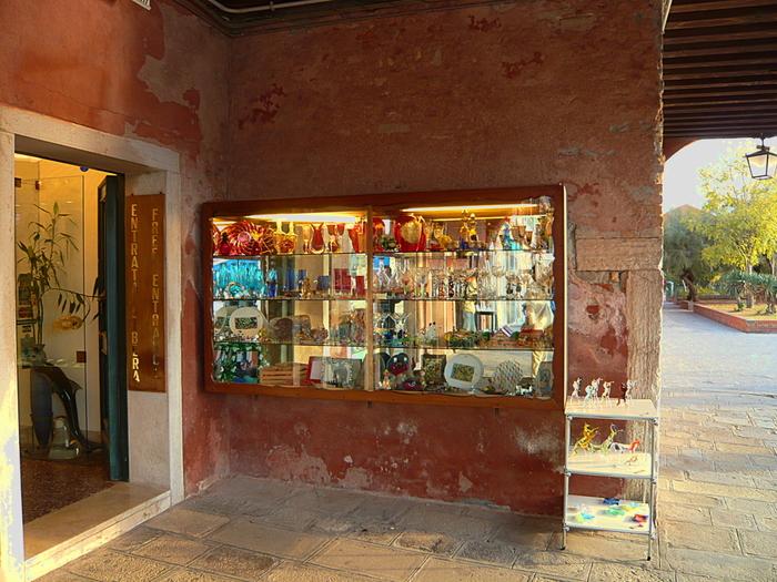 世界的に有名なヴェネツィアグラスの産地であるムラーノ島には、たくさんの工房があります。芸術的価値のある高価な作品から、気軽に購入することができるアクセサリーや小物など、工房内では様々なヴェネツィアングラスが販売されています。興味がある方は、ぜひ立ち寄ってみましょう。