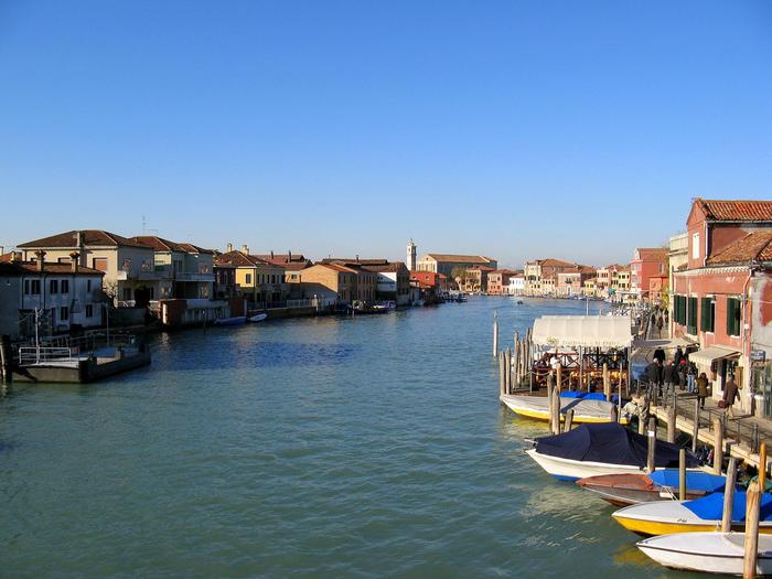 大小7つの島から構成されるムラーノ島は、ヴェネツィア本島北東部に浮かぶ島で、ヴェネツィアングラスの生産地として知られています。