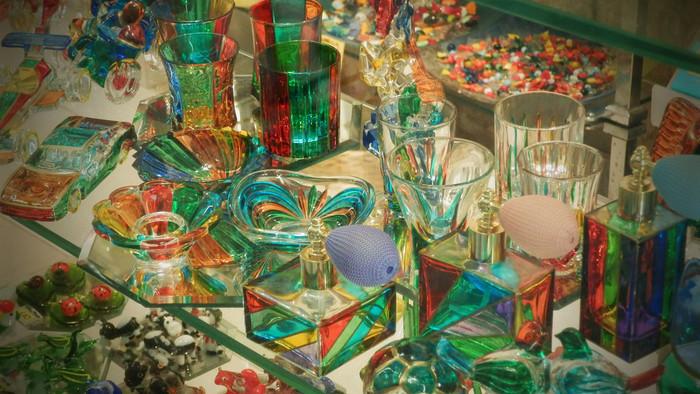 職人たちが丹精を込めて、作り上げたヴェネツィアングラスの輝きは、見る人を魅了してやみません。工房に飾られた作品や展示物を眺めているだけでも楽しい気分を味わうことができます。